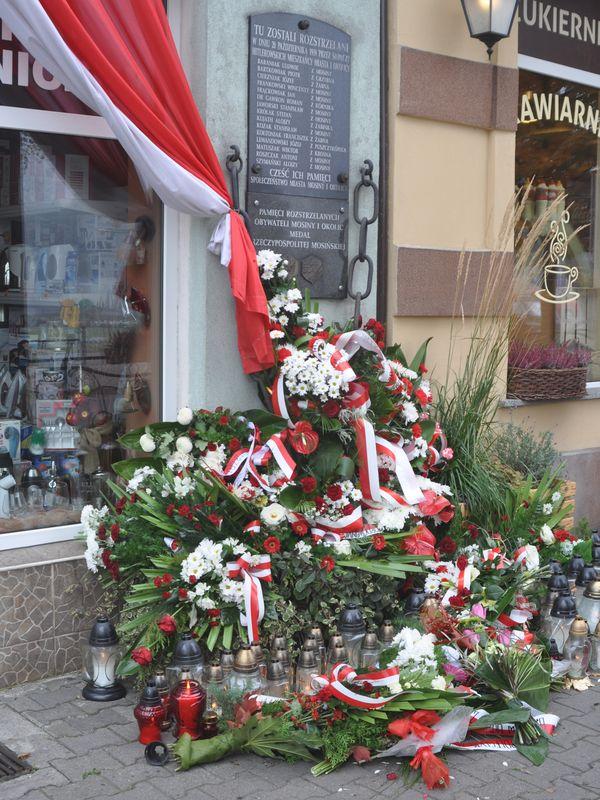 Wieńce i znicze w Mosinie