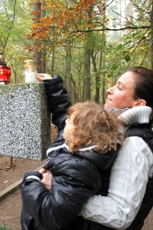 Zapal znicz pamięci 2012 Groby zakrzewskie Ania i Jaś Paschke