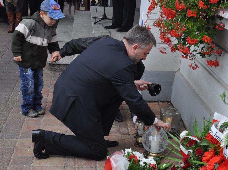 Marszałek Marek Woźniak zapalił znicz w Gostyniu
