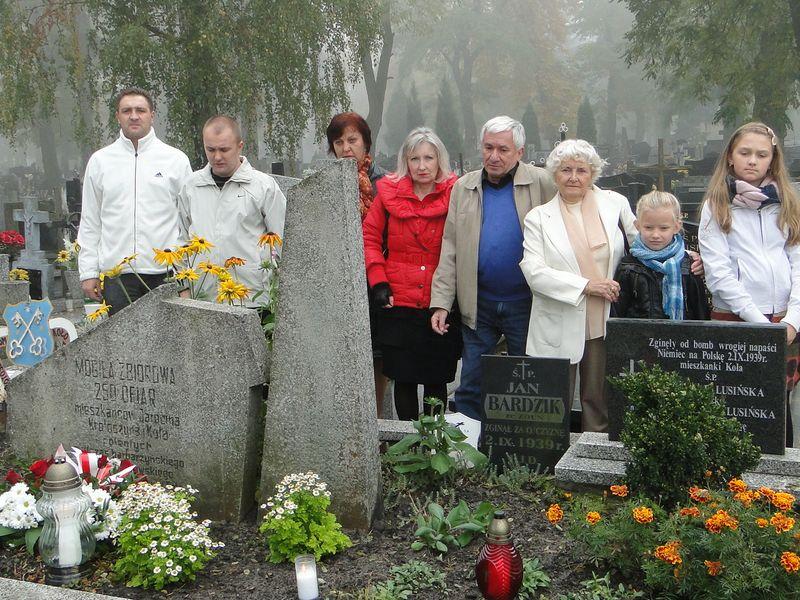 Tablica pamięci na cmentarzu w Kole