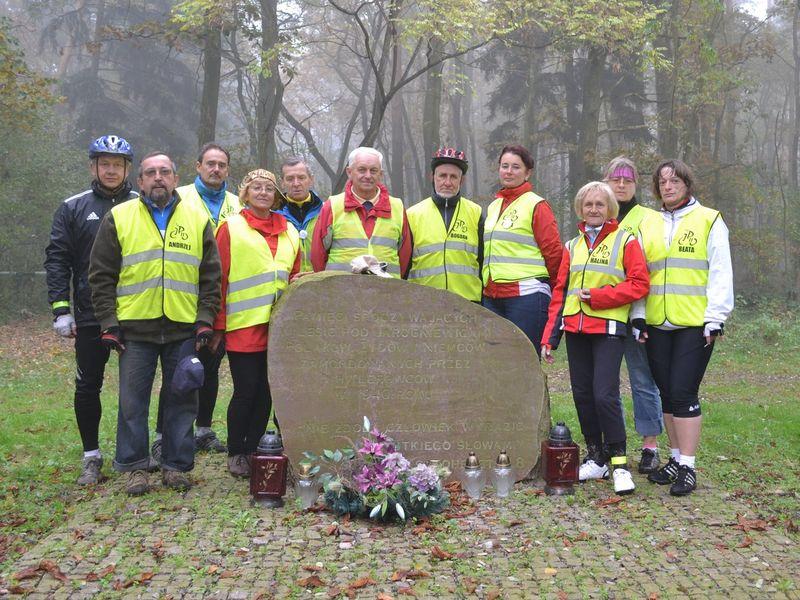 Grupa Rowerowa im. Jana Pawła II zapaliła znicze w Kościanie i okolicach