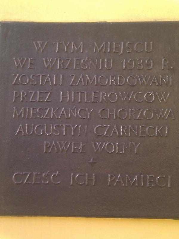 Tablica na domu zamordowanych w Chorzowie