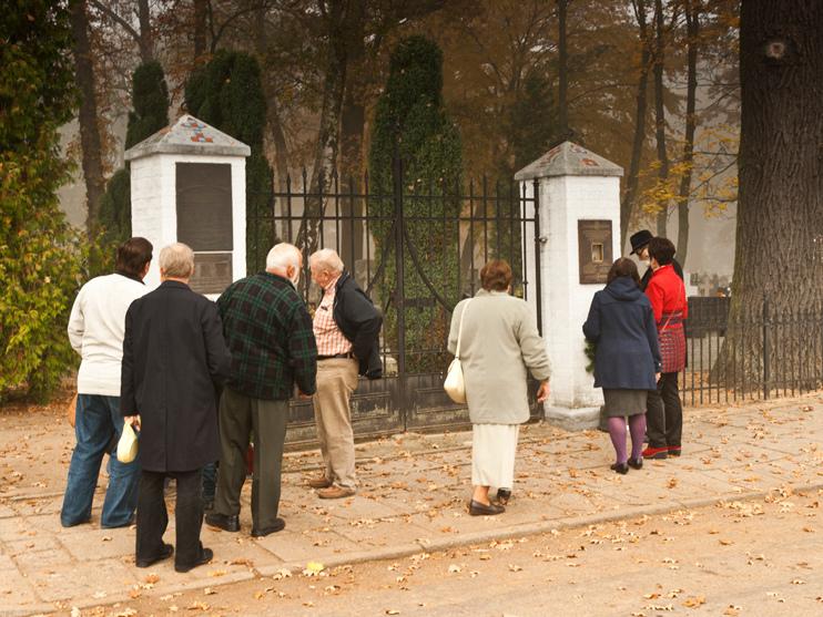 Miejsca pamięci na cmentarzu w Skokach