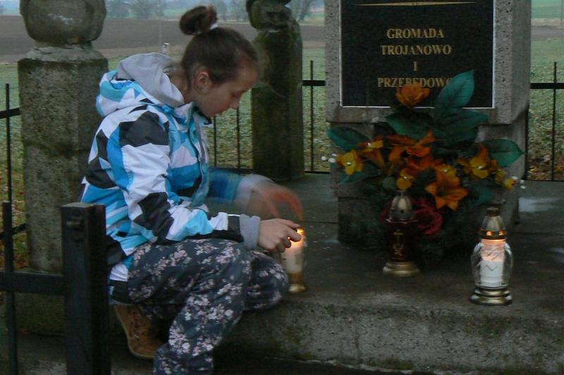 Zapal Znicz Pamięci - Pomnik w Trojanowie