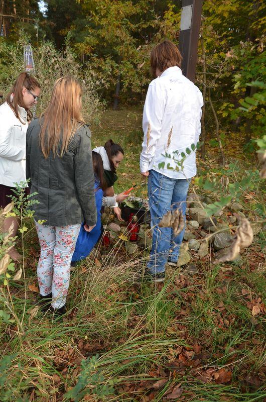 Młodzież ze Zespołu Szkół w Sierakowie zapaliła znicze w miejscach pamięci