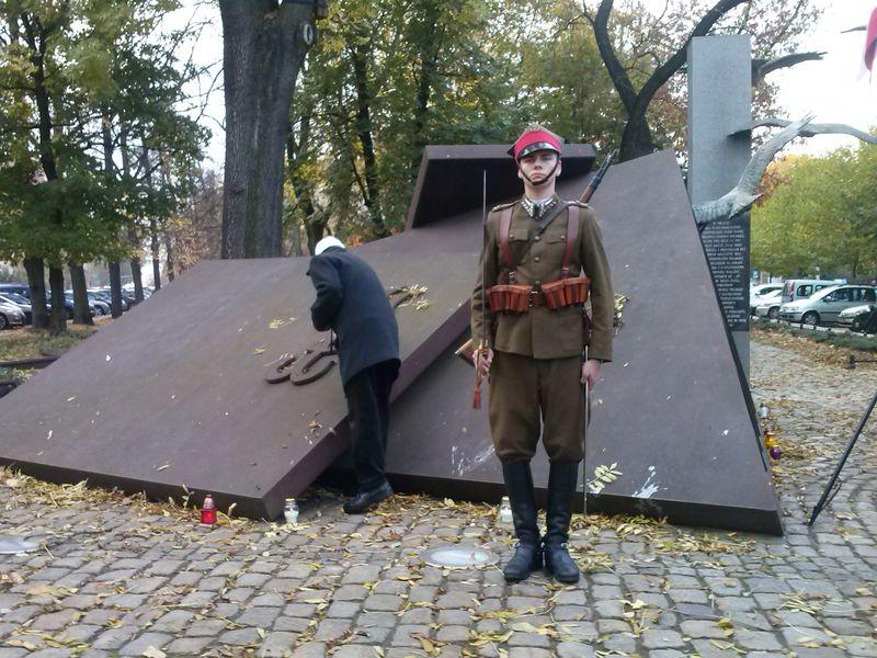 Znicze pod Pomnikiem Podziemnego Państwa Polskiego w Poznaniu