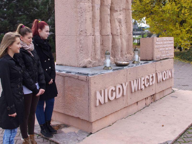 Uczniowie Gimnazjum nr 1 im. Lotnictwa Polskiego pod pomnikiem ofiar II wojny