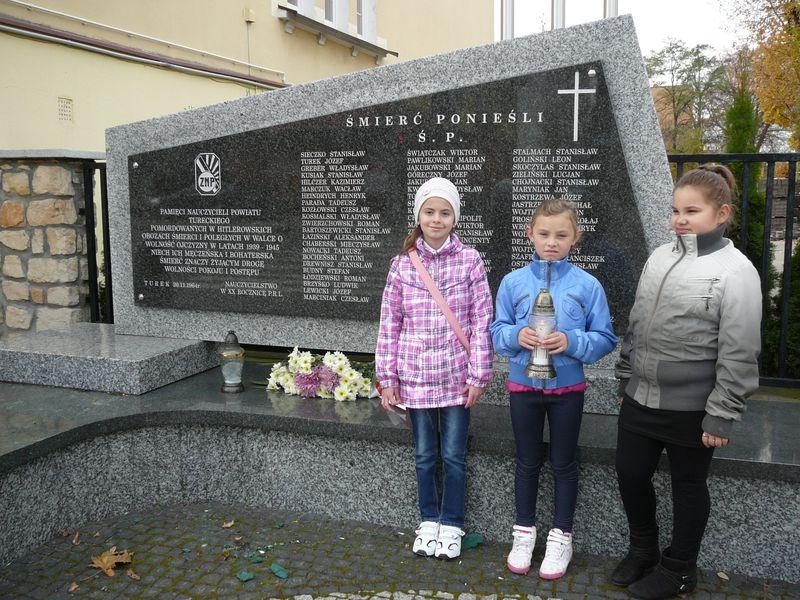 Uczniowie klasy 3A SP nr 1 i wychowawczyni  Agnieszka Szymczyk zapalili znicz w Turku przy Pomniku Nauczycieli