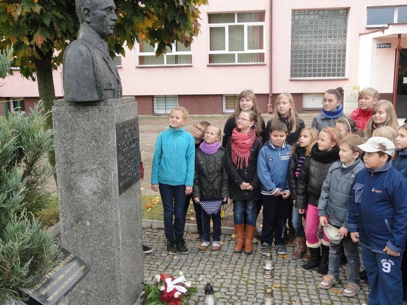 Uczniowie SP nr 4 im gen. Mieczysława Smorawińskiego w Turku zapalili znicz pod popiersiem patrona