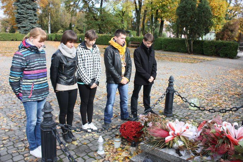 Uczniowie Zespołu Szkół Ponadgimnazjalnych nr 1 w Łęczycy zapapili znicze w miejscach pamięciŁęczycy