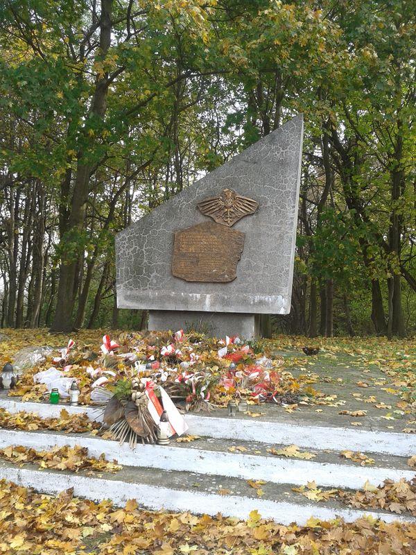 Znicz zapalony pod pomnikiem mieszkańców wsi Łagiewniki i okolic Biedruska zamordowanym przez Niemców