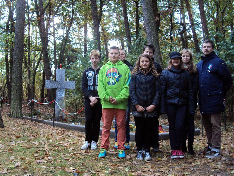 Uczniowie SP w Dąbrowie grób księży w lasach zakrzewskich