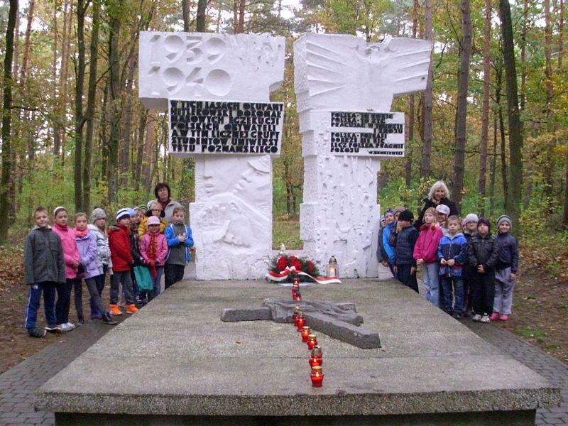 Uczniowie SP w Dopiewcu - grób studentów w lasach zakrzewskich
