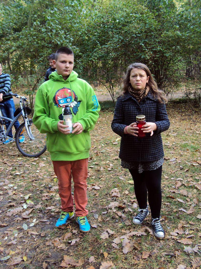 Uczniowie ze SP w Dąbrowie w lasach zakrzewskich