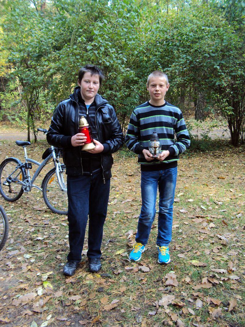 Uczniowie SP w Dąbrowie w lasach zakrzewskich