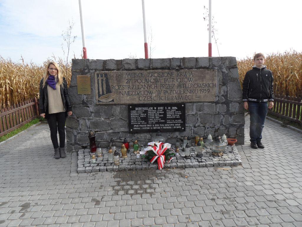 Znicze zapłonęły w Kocinie - uczniowie gimnazjum w Trzemesznie