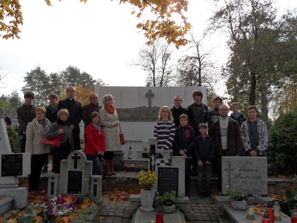 Znicze na zbiorowej mogile na trzemeszenskim cmentarzu.