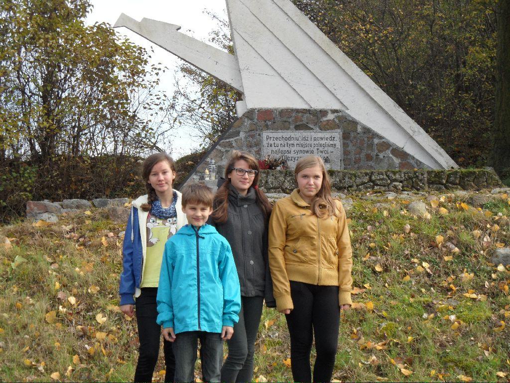 Pomnik w Niewolnie - Dominika Ferenc, Jan Adamski, Jagoda Wozniak I Marta Kuchta