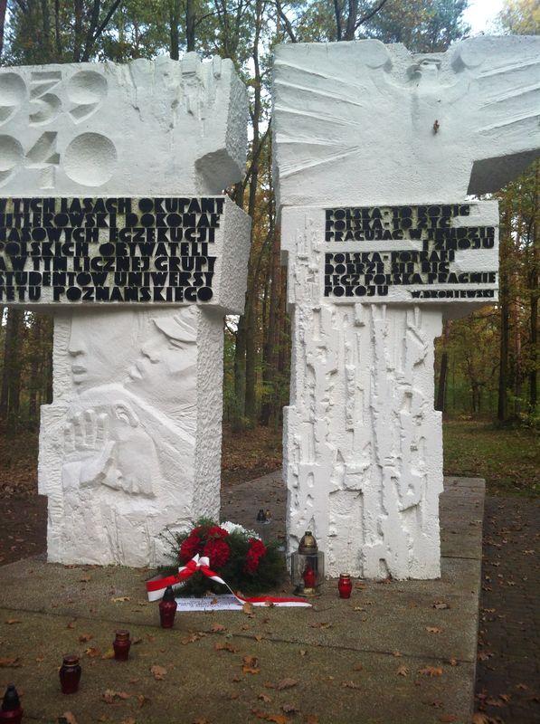 Ewa i Jan Bąk zapalili znicze na Grobach Zakrzewskich k. Palędzia