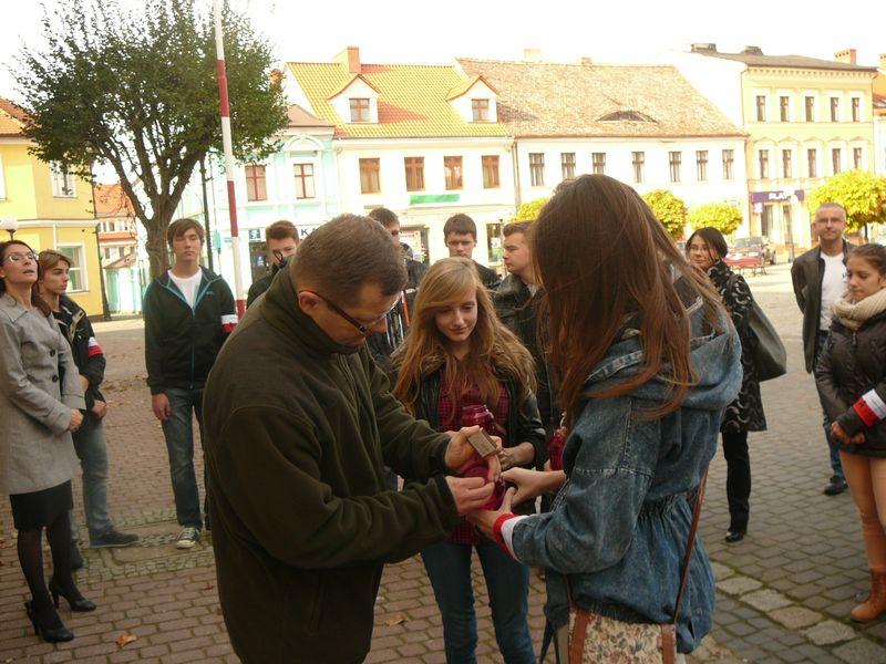Uczniowie II Liceum im. K. K. Baczyńskiego w Koninie zapalili znicze na Placu Wolności w Koninie