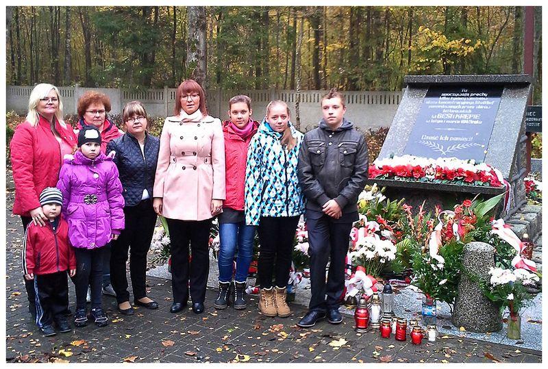 Znicze ku czci pomordowanych w Gęsi i Krępie