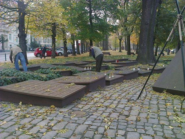 Znicze zapłonęły w Poznaniu - (foto: Agnieszka Łuczak)