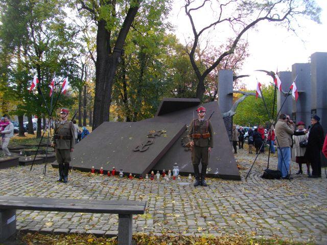 Ułani z Ochotniczego Reprezentacyjnego Oddziału Ułanów Miasta Poznania w barwach 15. PU Poznańskich wystawili wartę honorową przed Pomnikiem Państwa Podziemnego i AK.