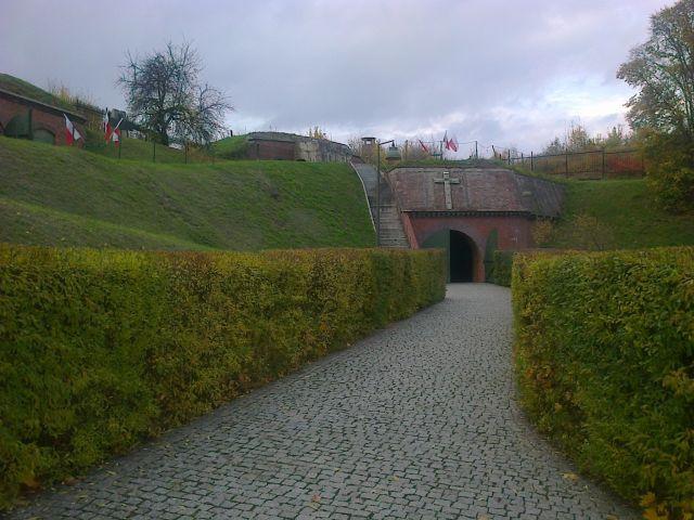 Znicze w Forcie VII (foto: Agnieszka Łuczak)