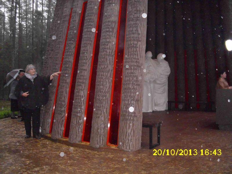 Piaśnica 20.10.2013 Ewa Muża wskazuje na pomniku na ks. Szynalewskiego, pierwszego proboszcza Kuźnicy