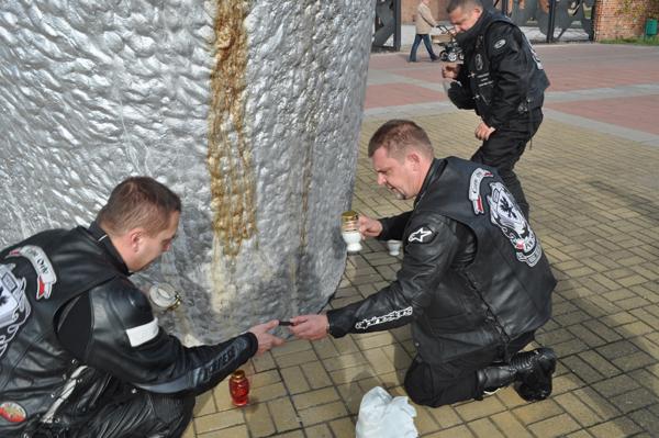 Motocykliści zapalili znicz przed Muzeum Martyrologii na Radogoszczu