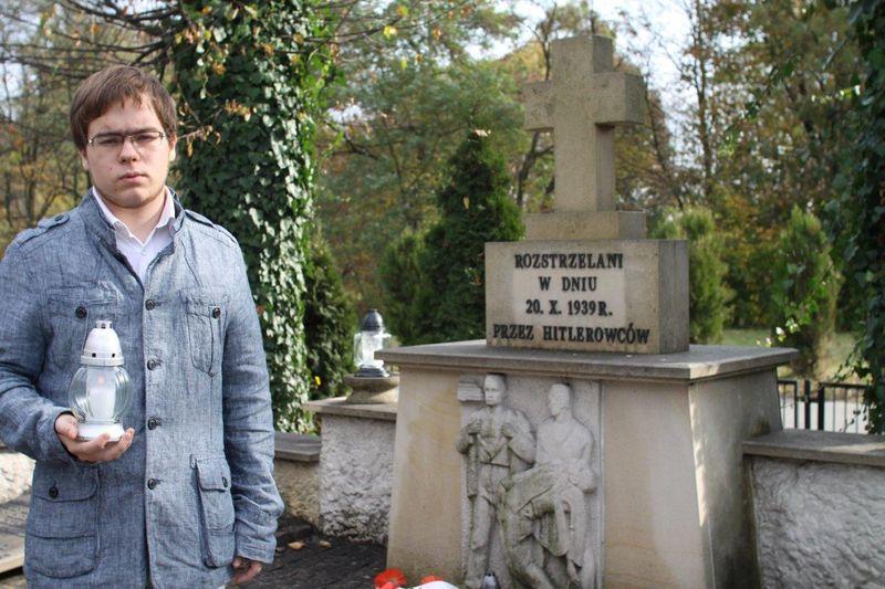 Zapal Znicz Pamięci na cmentarzu w Mosinie
