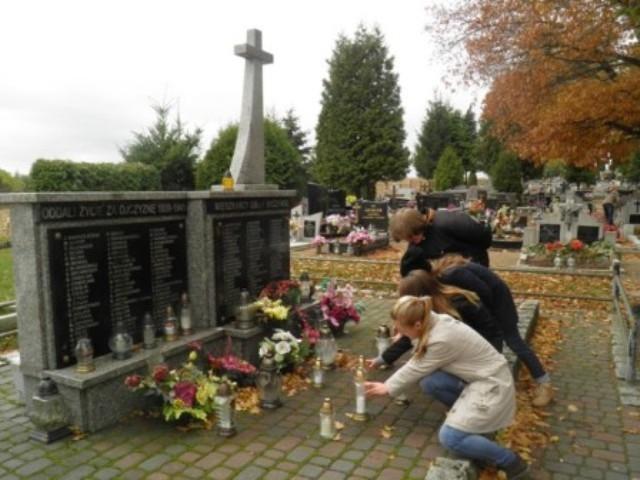 Młodzież Gimnazjum im. Jana Pawła II w Ryczywole zapaliła znicze