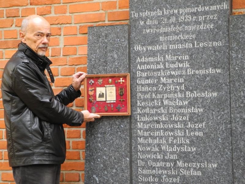 Znicze przy tablicy zamordowanych w Lesznie, m.in. prof. Karpińskiego
