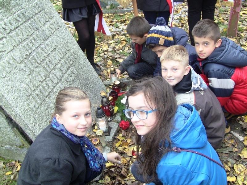 Uczniowie klasy V i VI Katolickiej SP w Sieradzu zapaliły znicze i złożyły kwiaty