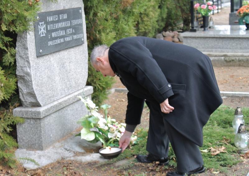 Władze Turku zapaliły znicz na cmentarzu komunalnym