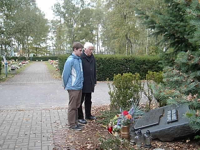 Szkolnego Koła Wielkopolskiego Stowarzyszenia Pamięci Armii Krajowej zapalili znicze na cmentarzu na Junikowie