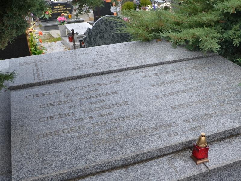 Uczniowie z Murowanej Gośliny zapalili znicze w miejscach pamięci