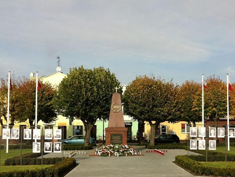 Znicze i fotografie rozstrzelanych na rynku w Książu Wielkopolskim