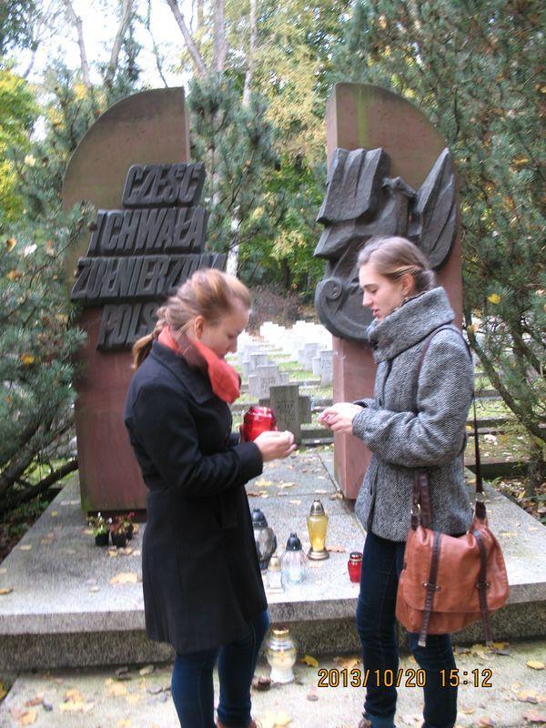 Znicze na cmentarzu Miłostowo zapalili przedstawiciele Szkolnego Koła Stowarzyszenia Pamięci AK przy VIII LO