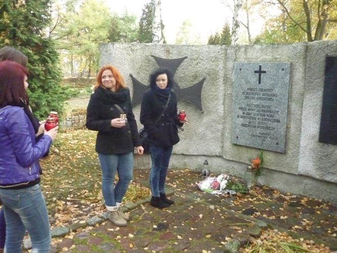 Znicze na Cmentarzu Bohaterów zapalili uczniowie Zespółu Szkół nr 1 im. Bartłomieja z Bydgoszczy