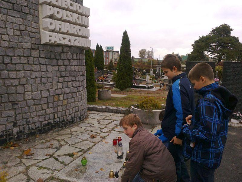 Uczniowie Gimnazjum nr 2 im. gen. Elżbiety Zawackiej w Toruniu zapalili znicze pod pomnikiem Szmalcówki