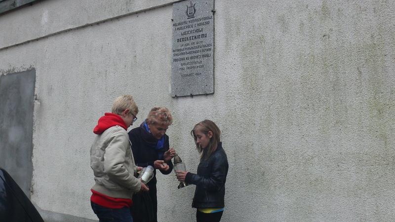 Uczniowie Gimnazjum im. M. Kopernika w Jabłonowie Pomorskim zapalili znicze w miejscach pamięci