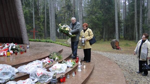 Złożenie wieńca przed Sanktuarium-bratanek i bratanica ks. Ksawerego Szynalewskiego