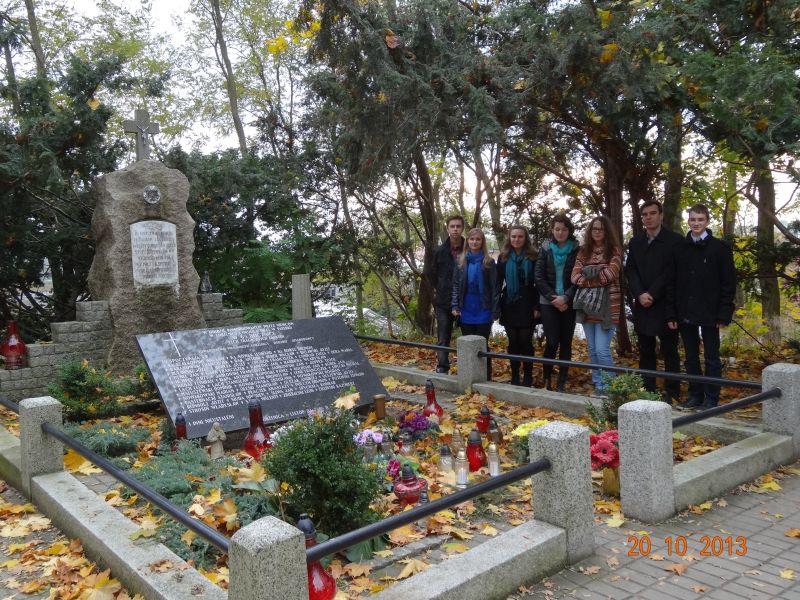 Uczniowie z LO numer 1 w Złotowie zapalili znicze cmentarzu w Łobżenicy oraz przy krzyżu w Górce Klasztornej