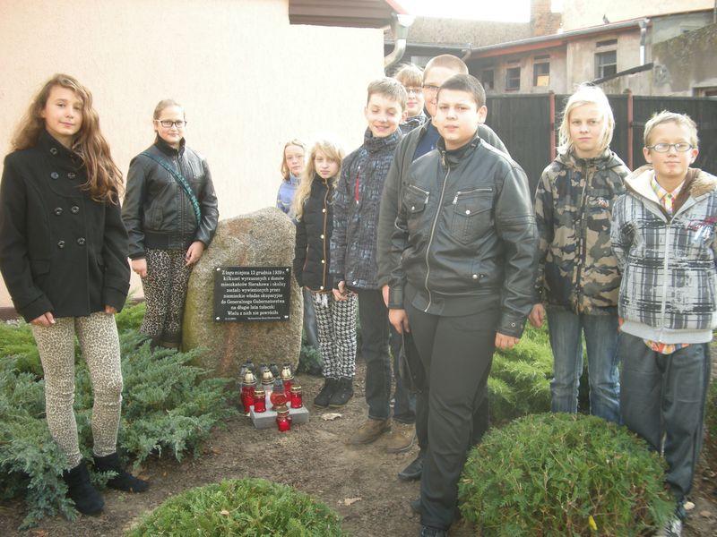 Uczniowie Szkoły Podstawowej w Sierakowie zapalili znicz