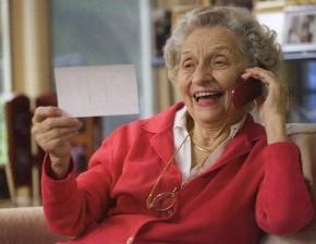oszustwo na wnuczka - senior z telefonem - PZU/Policja
