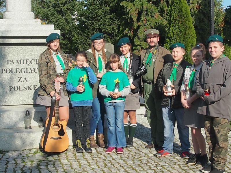 Harcerze w Wielichowie przy pomniku powstańców Wielkopolskich