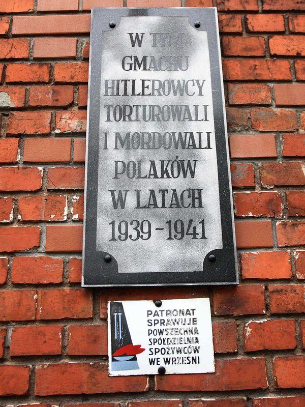 Znicze pod ścianą więzienia we Wrześni