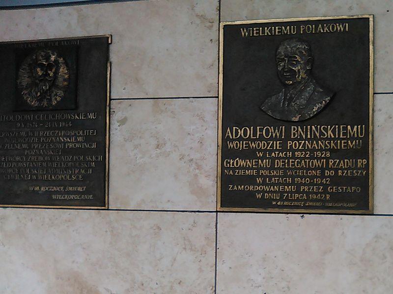 Znicze pod tablicą A.Bnińskiego zapalili żołnierze AK kpt Maria Krzyzanska i mjr Ludwik Misiek