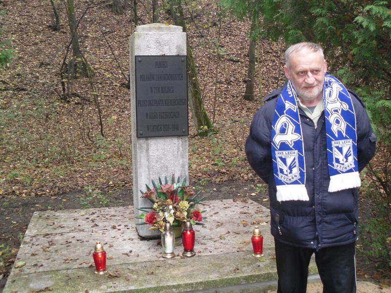 Znicze pod pomnikiem na Dębinie w Poznaniu